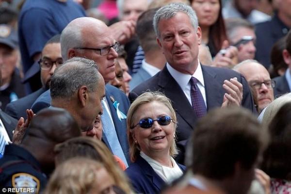 លោកស្រី Hilary Clinton មានអាការៈមិនប្រក្រតី បន្ទាប់ពីចូលរួមកម្មវិធី រំលឹកខួបនៃសោកនាដកម្ម ១១/កញ្ញា (មានវីដេអូ)